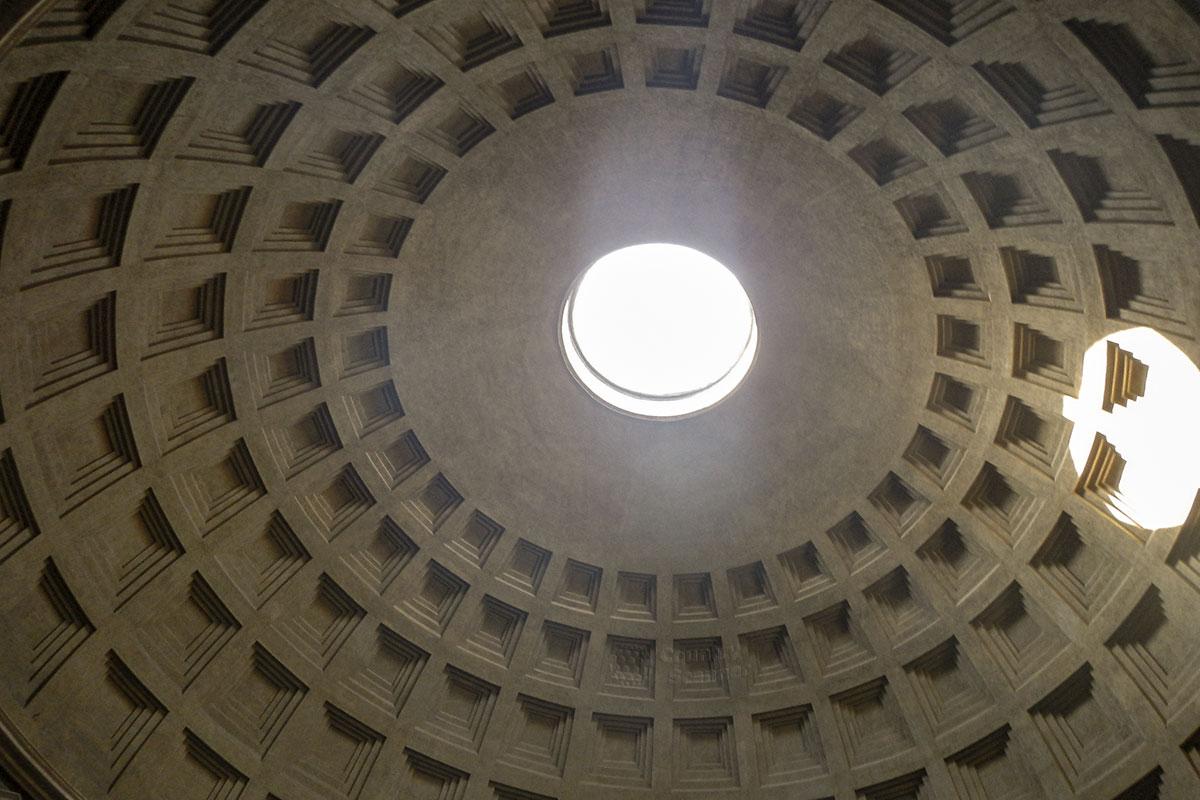 Необычным в конструктивном исполнении купола Пантеона в Риме является отсутствие окон, свет сюда проникает только через центральное отверстие (окулюс).