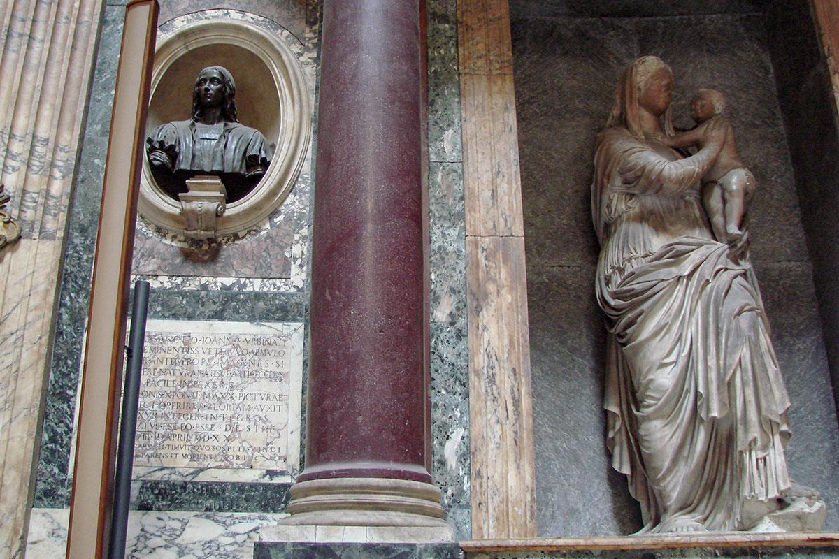 Великий художник и архитектор эпохи итальянского Возрождения Рафаэль Санти сам выбрал Пантеон в Риме для своего погребения, заказав даже статую Мадонны.