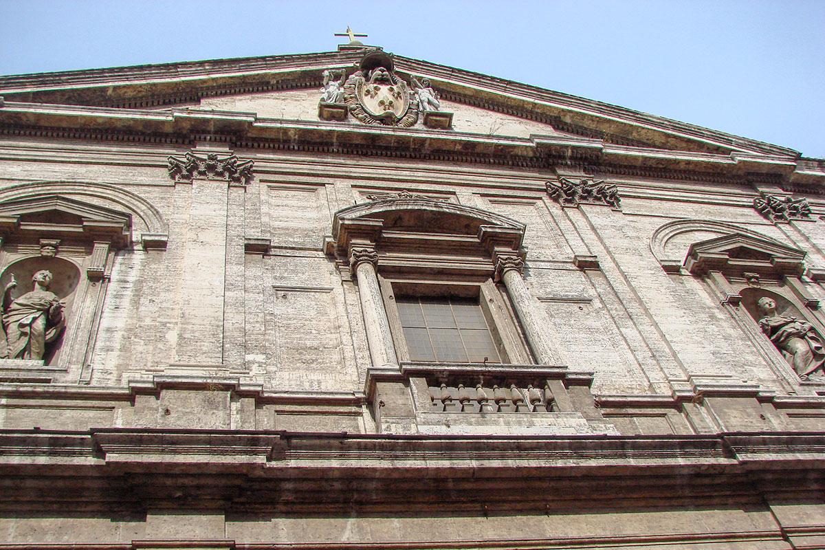 Классически лаконичный передний фасад церкви Сан Луиджи деи Франчези увенчан треугольным фронтоном, на нем геральдический щит с лилиями французских королей.