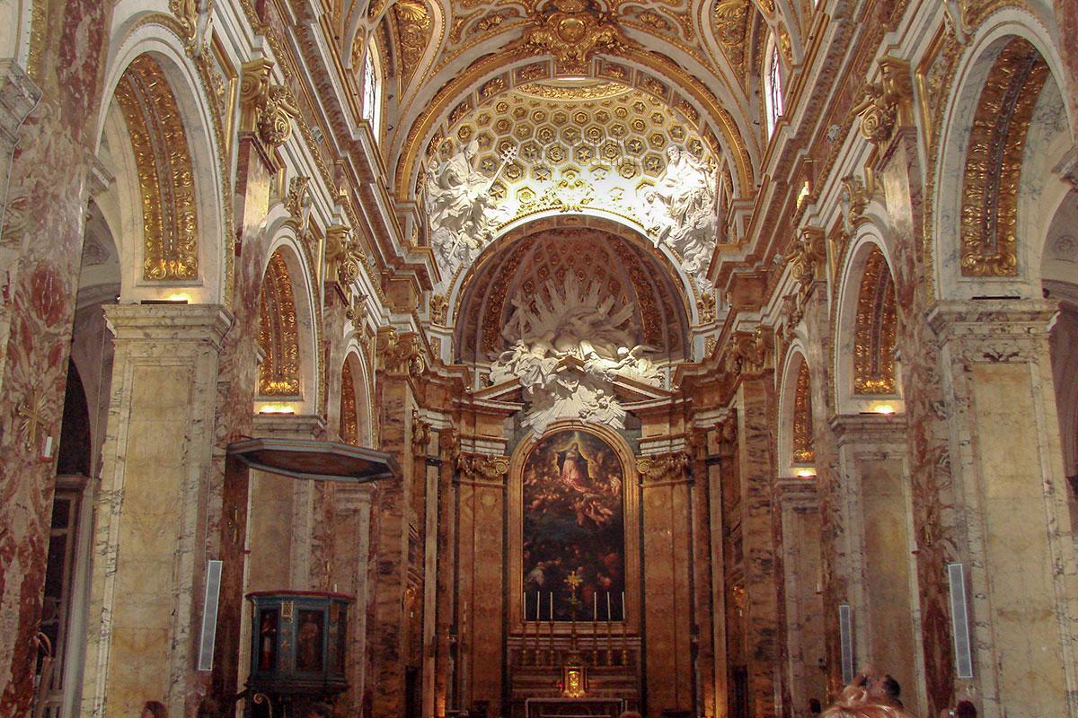 При внутреннем оформлении нефов церкви Сан Луиджи деи Франчези использована и лепная пластика, и разноцветный мрамор, и обильная позолота деталей.