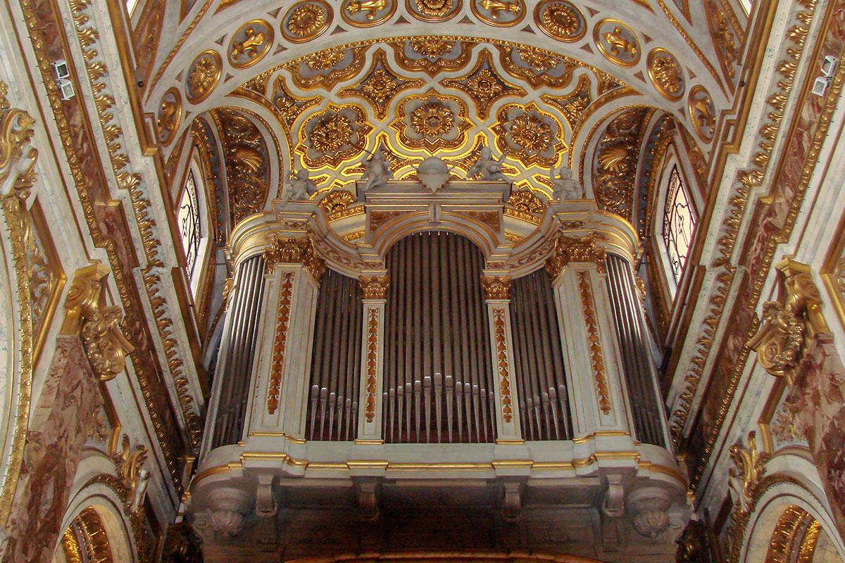 Одним из элементов декоративного оформления церкви Сан Луиджи деи Франчези выглядит даже музыкальный инструмент, старинный орган на балконе.