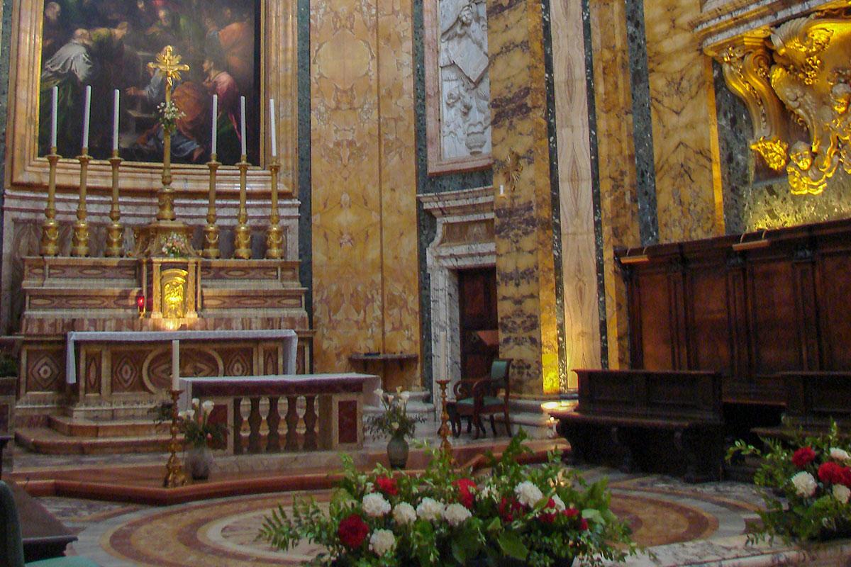 Церковь Сан Луиджи деи Франчези оборудована всеми аксессуарами по канонам католического богослужения, постоянно украшается живыми цветами.
