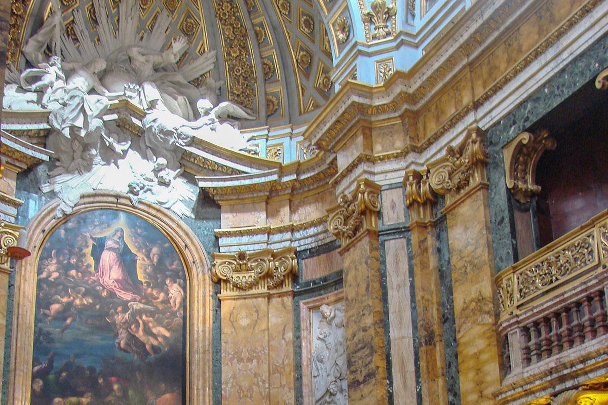 Огромную алтарную икону Вознесения Богородицы в церкви Сан Луиджи деи Франчези можно сфотографировать вблизи только в два приема.