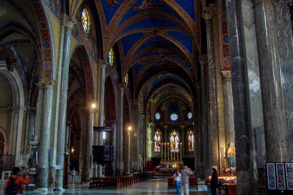 Высокие готические своды небесной расцветки – самая приметная деталь внутреннего оформления базилики Санта Мария сопра Минерва.