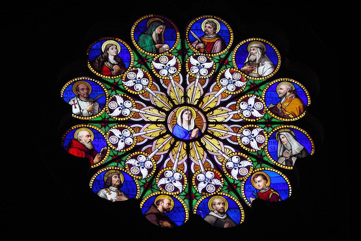 Некоторые витражи базилики Санта Мария сопра Минерва изображают канонизированных святых католичества, причисленных к избранному кругу Учителей Церкви.