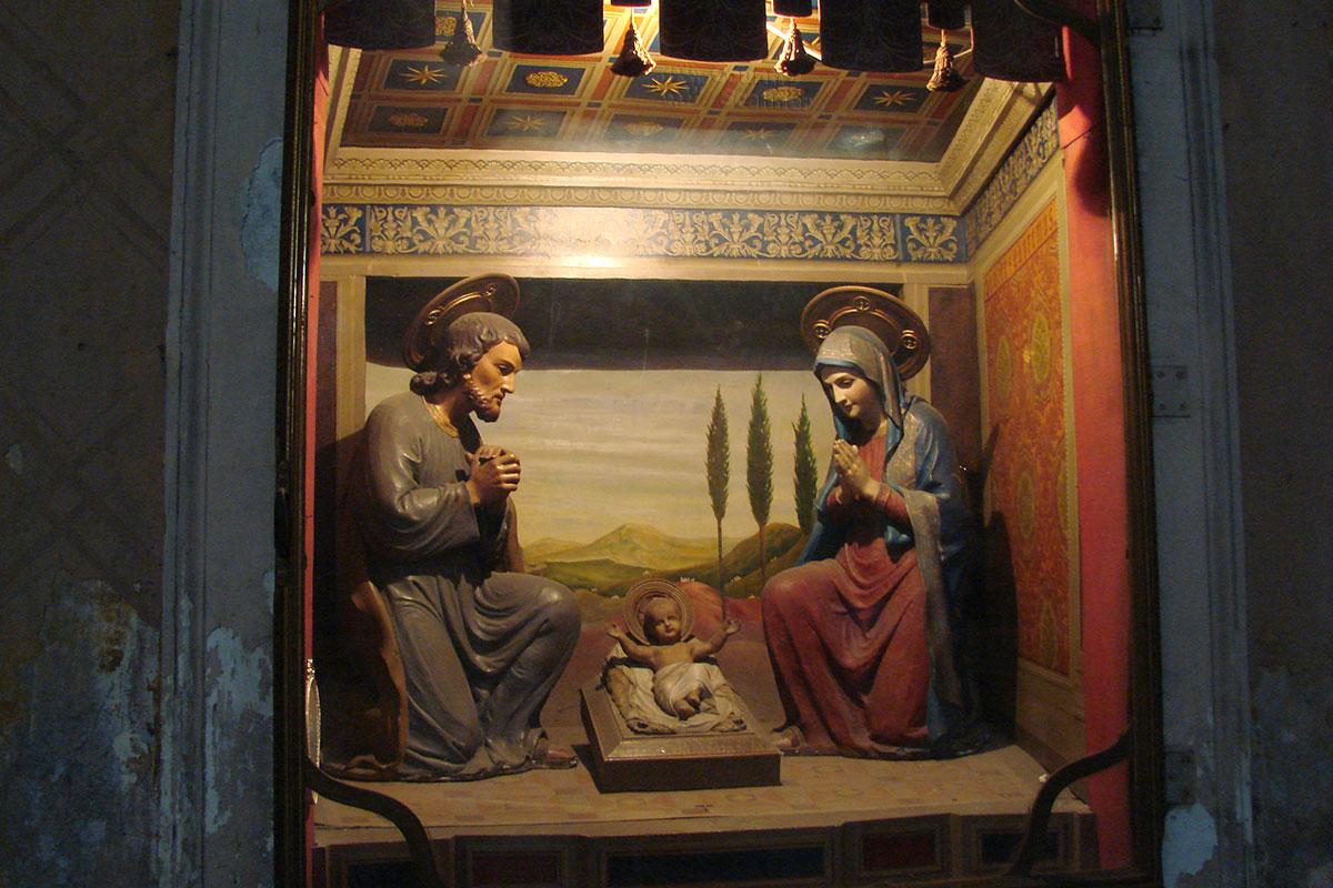 Несколько театрализованной инсталляцией кажется непривычным посетителям сюжет Святого семейства, как он выглядит в базилике Санта Мария сопра Минерва.
