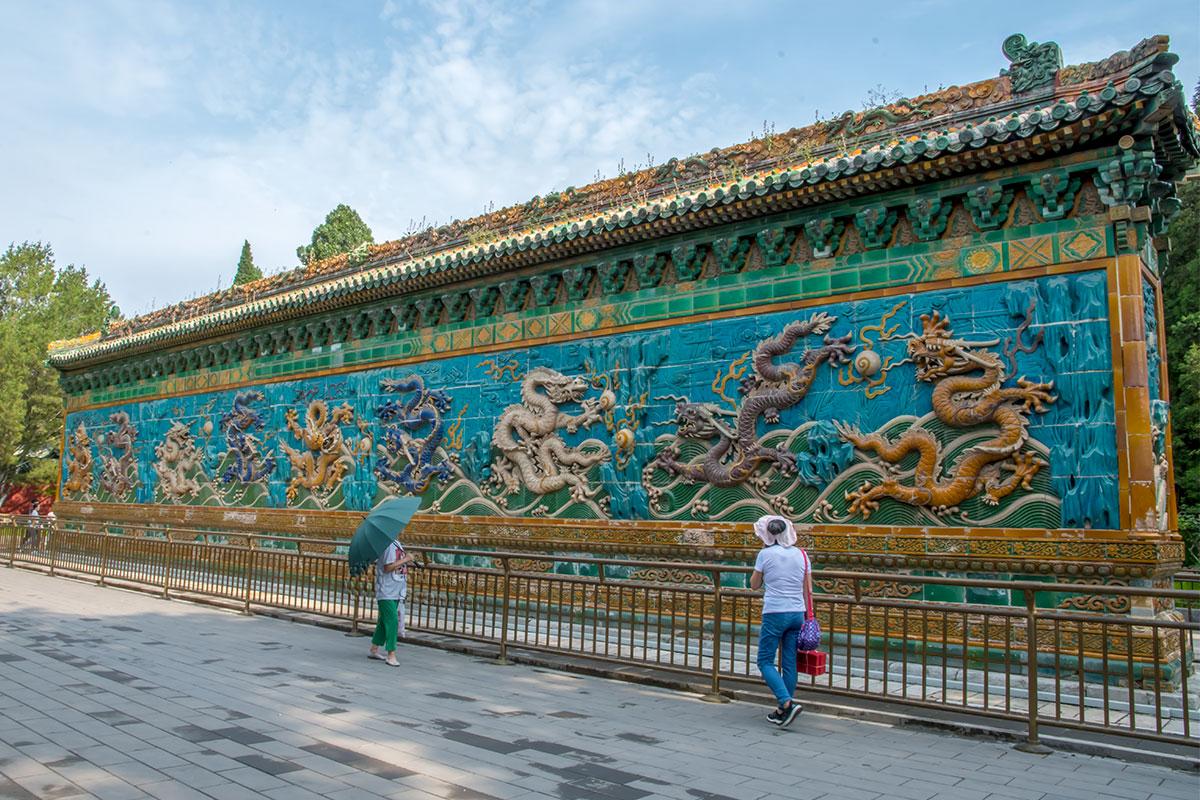 Рассматривать Стену Девяти драконов посетителям приходится с нескольких ракурсов ее 25-метровой длины.