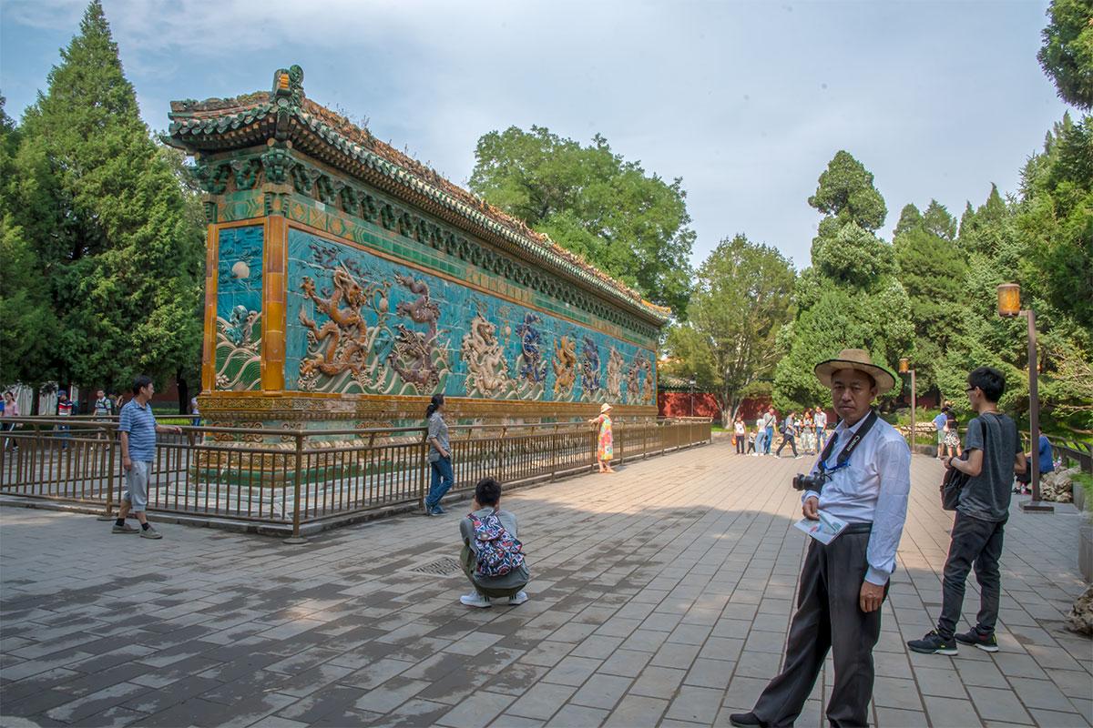 Стена Девяти драконов в пекинском парке Бэйхай защищала от злых духов утраченный ныне дворец.