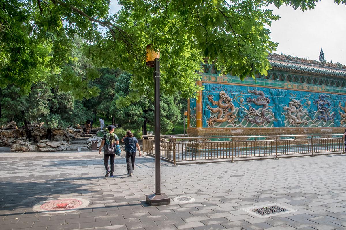 Большинство посетителей обходят вокруг Стены Девяти драконов, чтобы увидеть рисунок на обратной стороне.