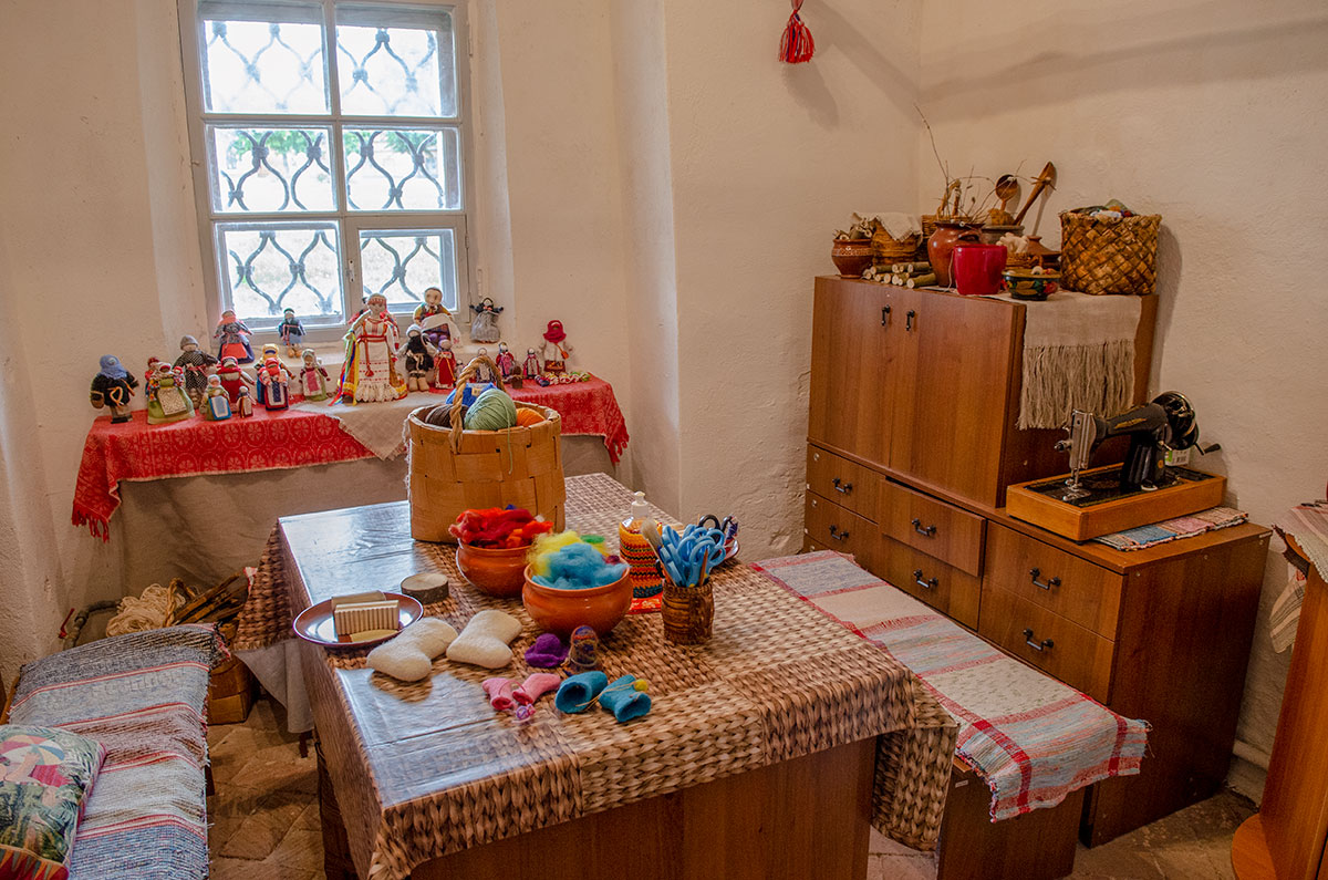 Культурный центр для детей в здании церкви Жен Мироносиц в Великом Новгороде не ограничивается показом экспонатов, проводит мастер-классы.