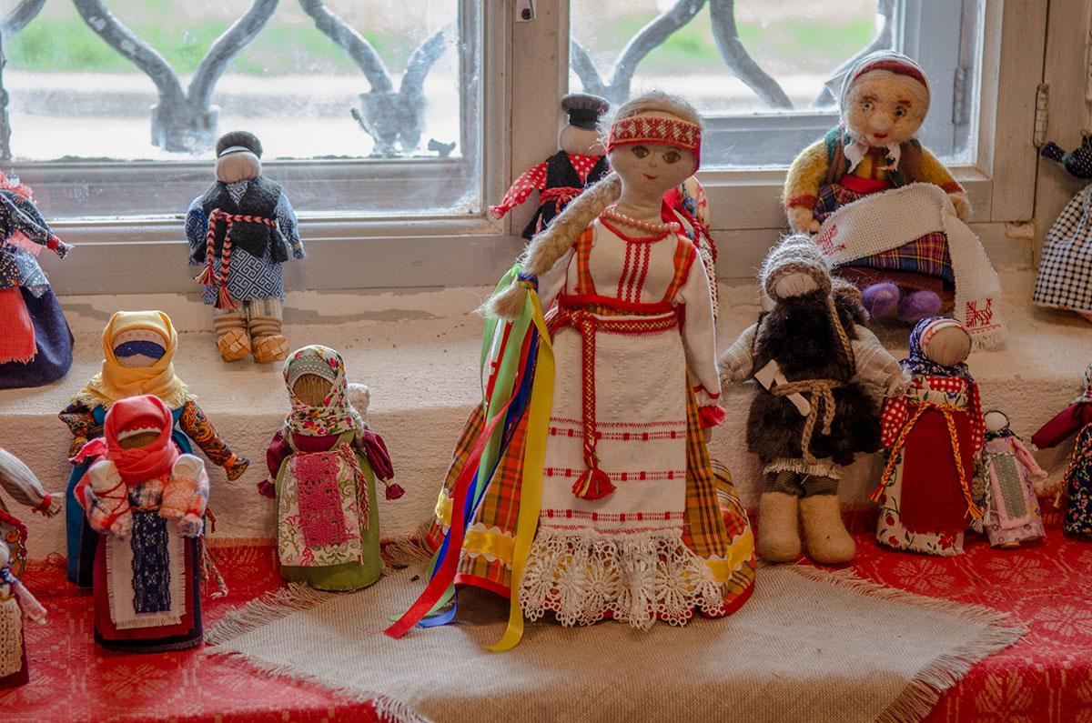 Изделия малолетних участников мастер-классов рукоделия в церкви Жен Мироносиц в Великом Новгороде выполнены с душой, хотя не все доведены до конца.