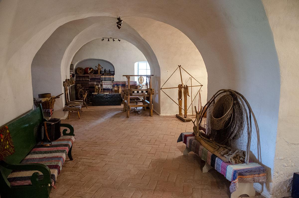 Отданная под детский культурный центр, церковь Жен Мироносиц в Великом Новгороде часть площадей предоставила под этнографическую экспозицию.