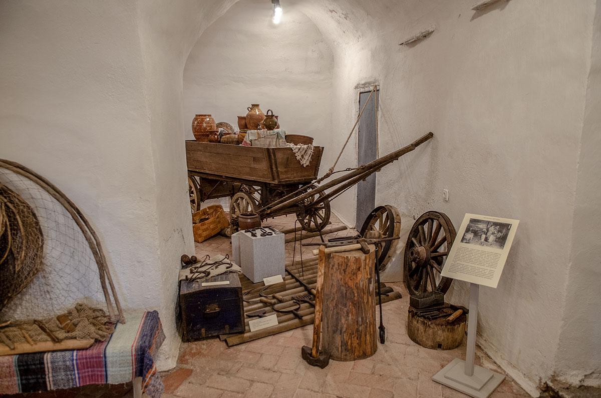 Этнографическая экспозиция церкви Жен Мироносиц в Великом Новгороде демонстрирует разнообразные инструменты и утварь местных ремесленников.