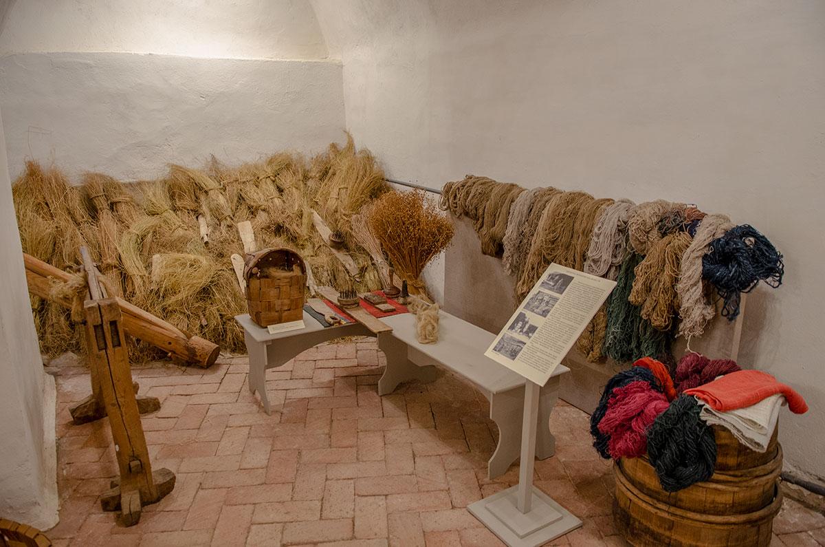 На выставке в церкви Жен Мироносиц в Великом Новгороде представлены все превращения стеблей льна, главного российского сырья для тканей.