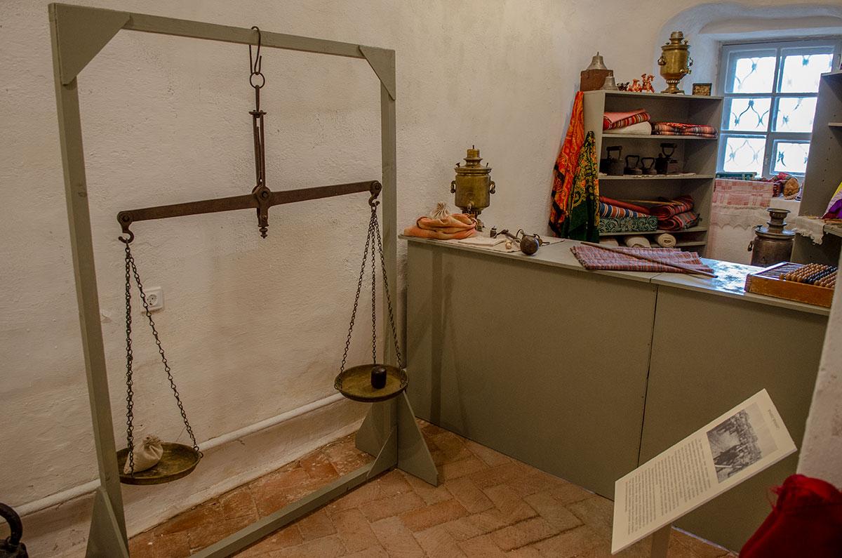 Воссозданная в экспозиции церкви Жен Мироносиц в Великом Новгороде обстановка торговой лавки содержит ряд редких экспонатов.