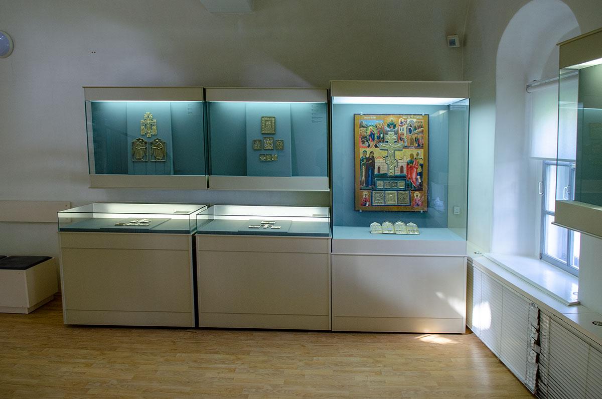 Использование металлов при создании предметов религиозного назначения Воротная башня Гостиного двора иллюстрирует реальными образцами.