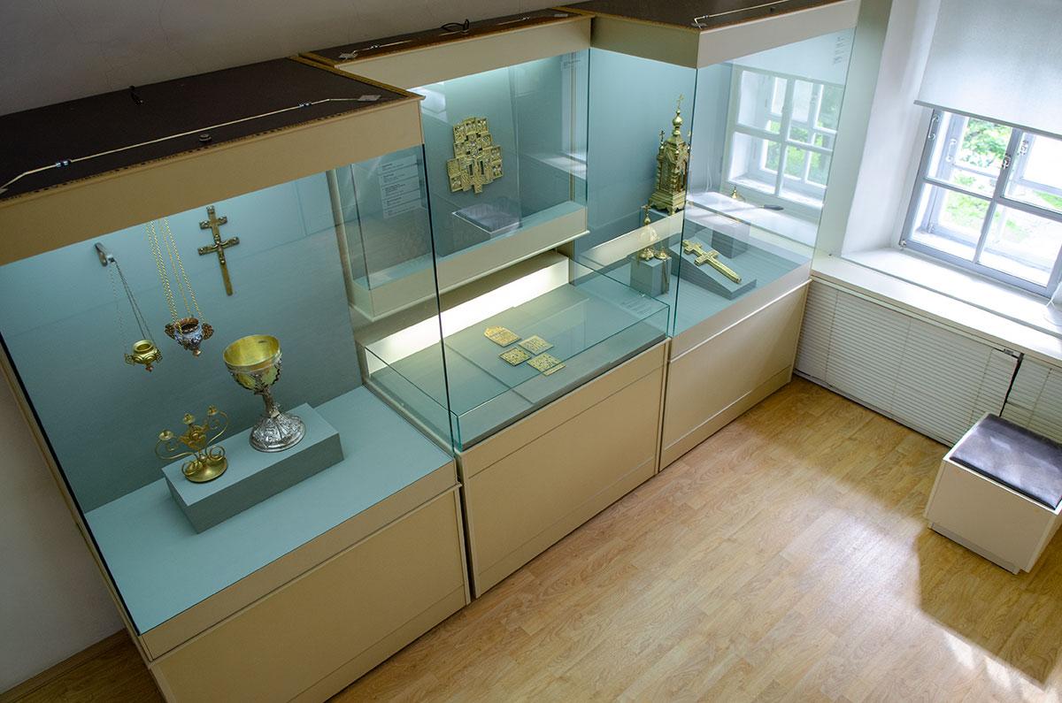 Поздние образцы металлических изделий церковного обихода, выставленные в Воротной башне Гостиного двора, скорее относятся к ювелирному мастерству.