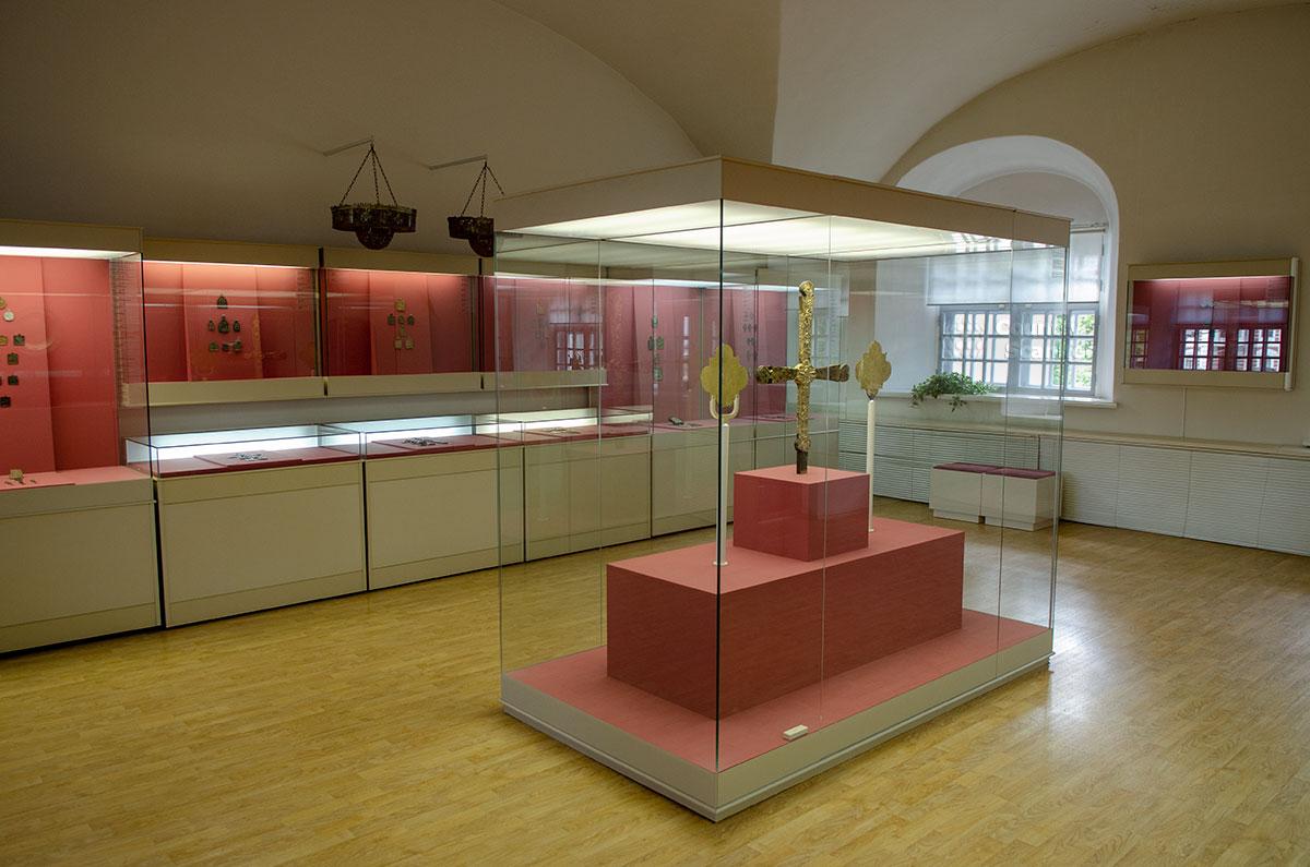 Являясь выставочным помещением, Воротная башня Гостиного двора демонстрирует выставку древних религиозных металлических реликвий.