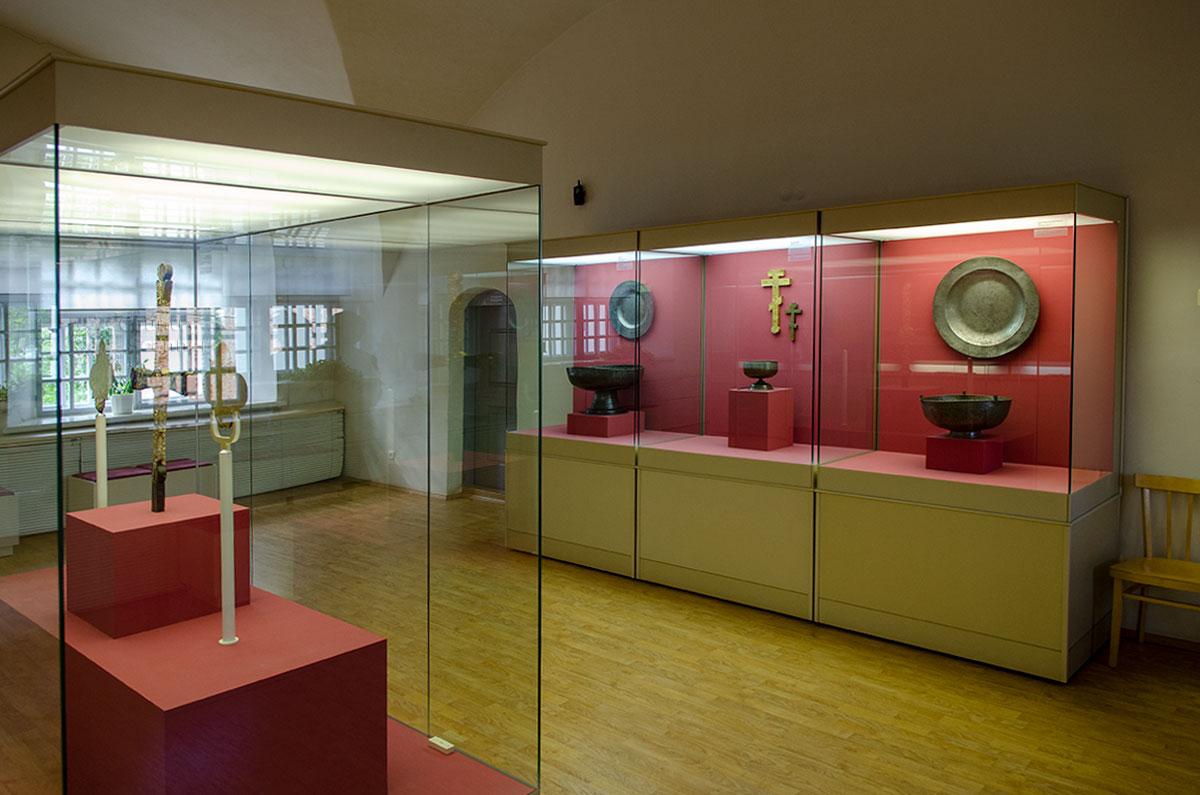 Предметами экспонирования Воротной башни Гостиного двора стали древние и более современные вещи и предметы культового назначения из металла.