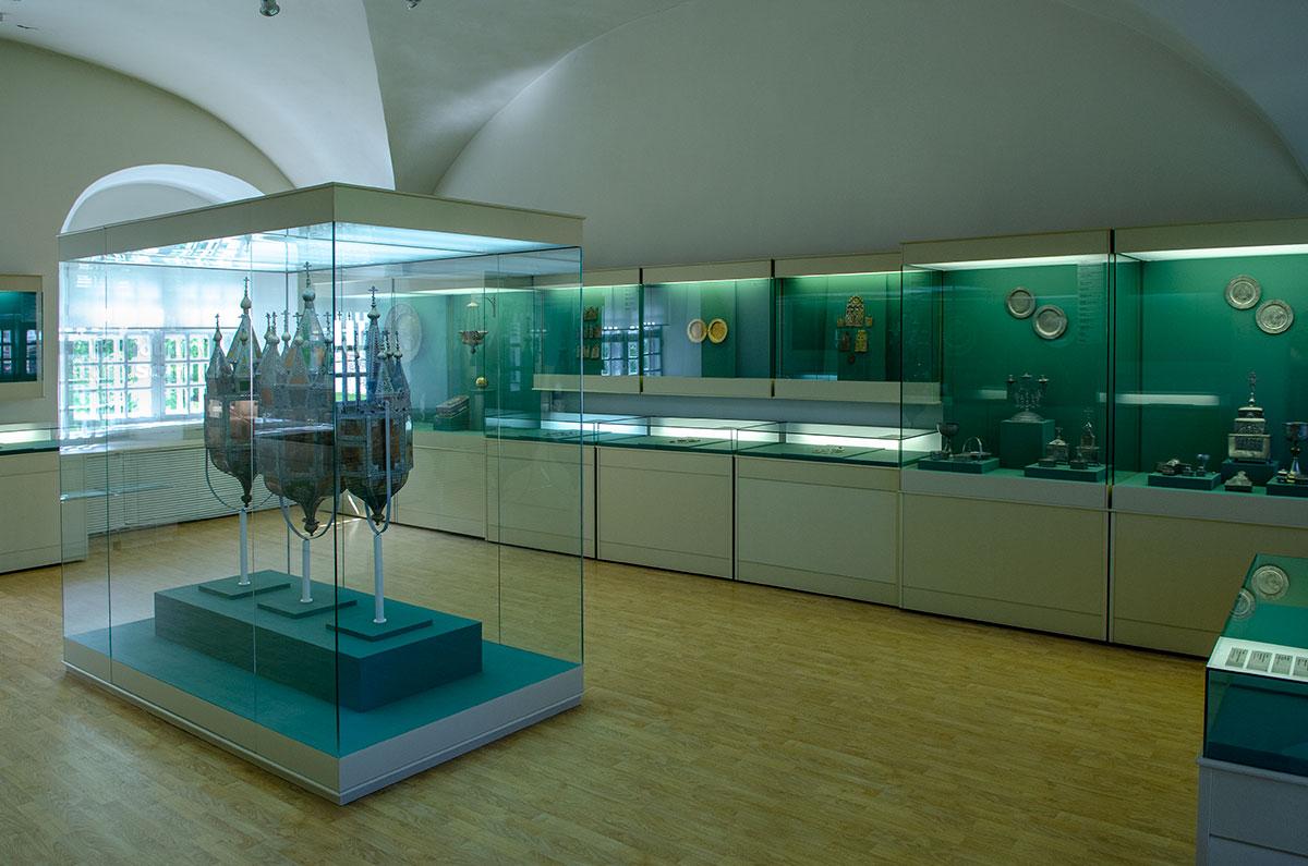 Посуда и религиозная утварь из меди и олова, выставленные в помещениях Воротной башни Гостиного двора, представляют музейную ценность.