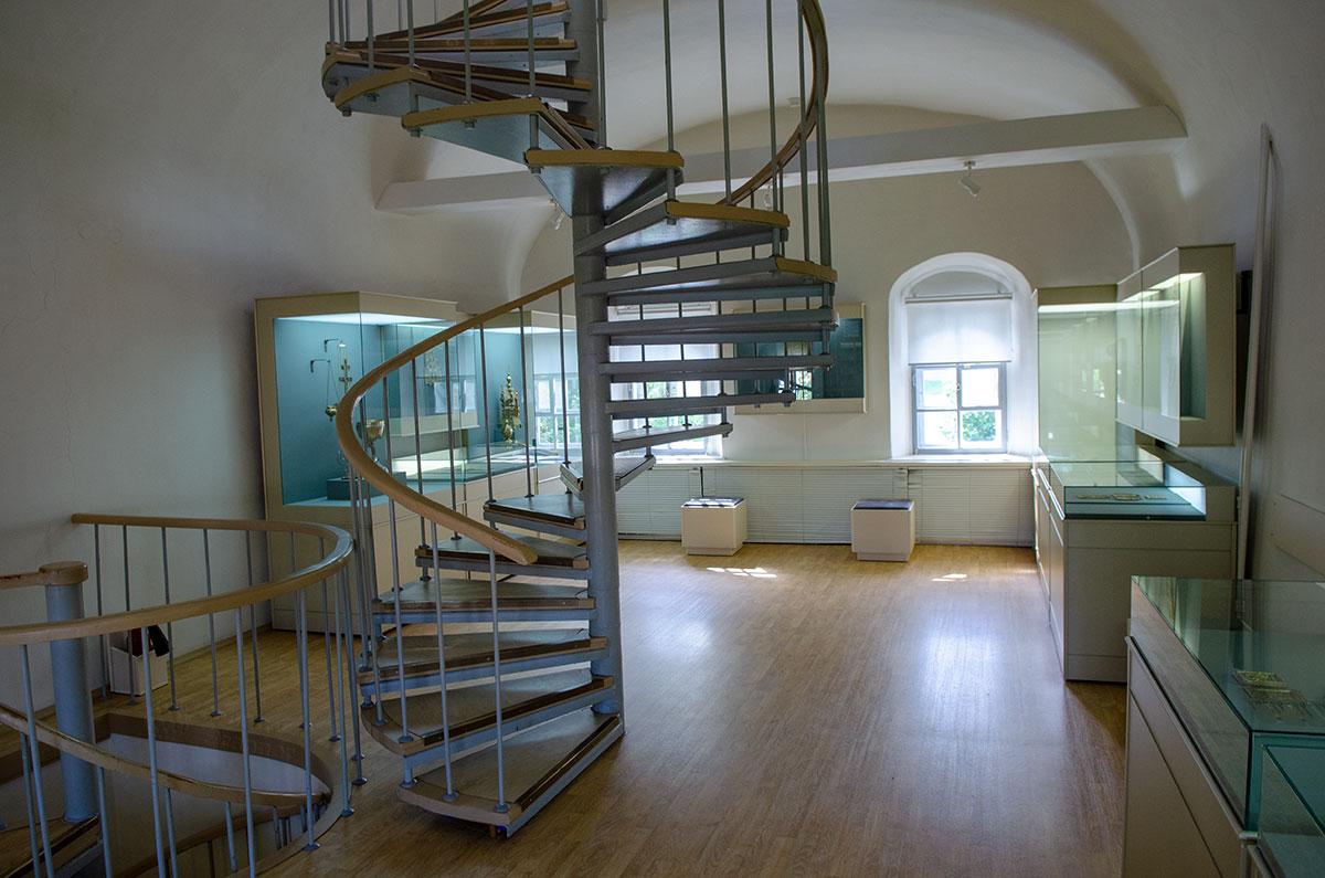 В период реставрационных работ Воротная башня Гостиного двора оборудована винтовыми лестницами для перемещения на верхние этажи.