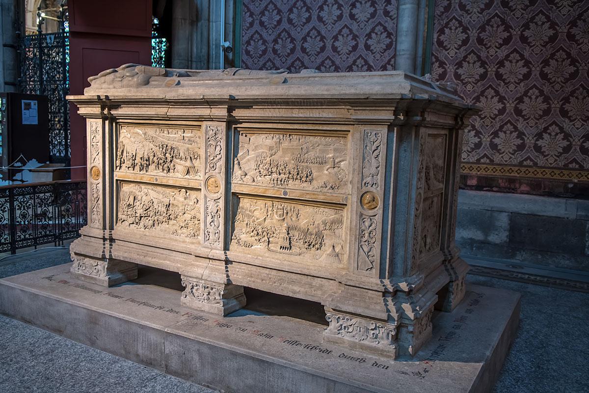 Доверенный на сохранение Вотивкирхе каменный саркофаг одного из национальных героев украшен многочисленными батальными сценами обороны Вены.