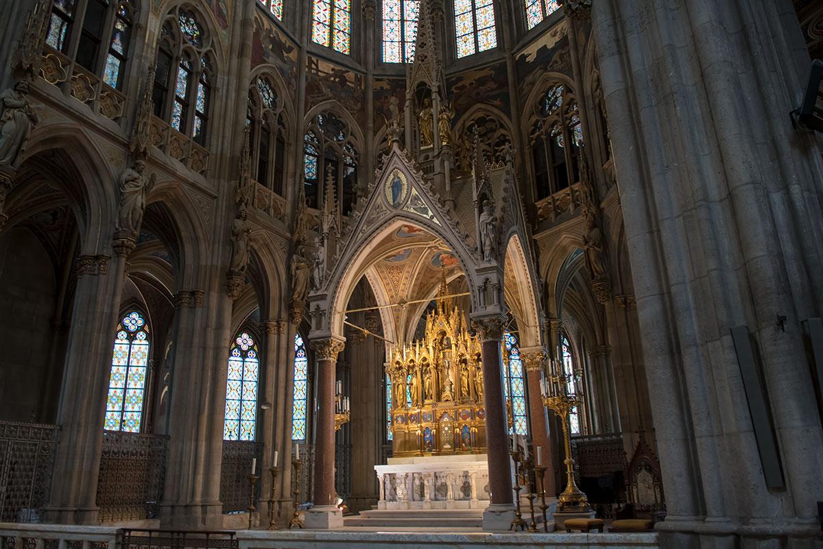Показанный в аксонометрии главный алтарь Вотивкирхе, выполненный скульптором Гассером, состоит из грандиозного балдахина. На нем башня с Христом.