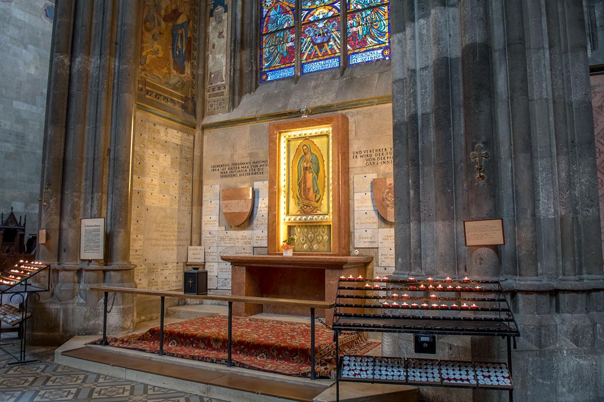 Главная святая Латинской Америки, Дева Мария Гваделупская, не случайно оказалась под сводами Вотивкирхе, среди благодарностей спонсорам.