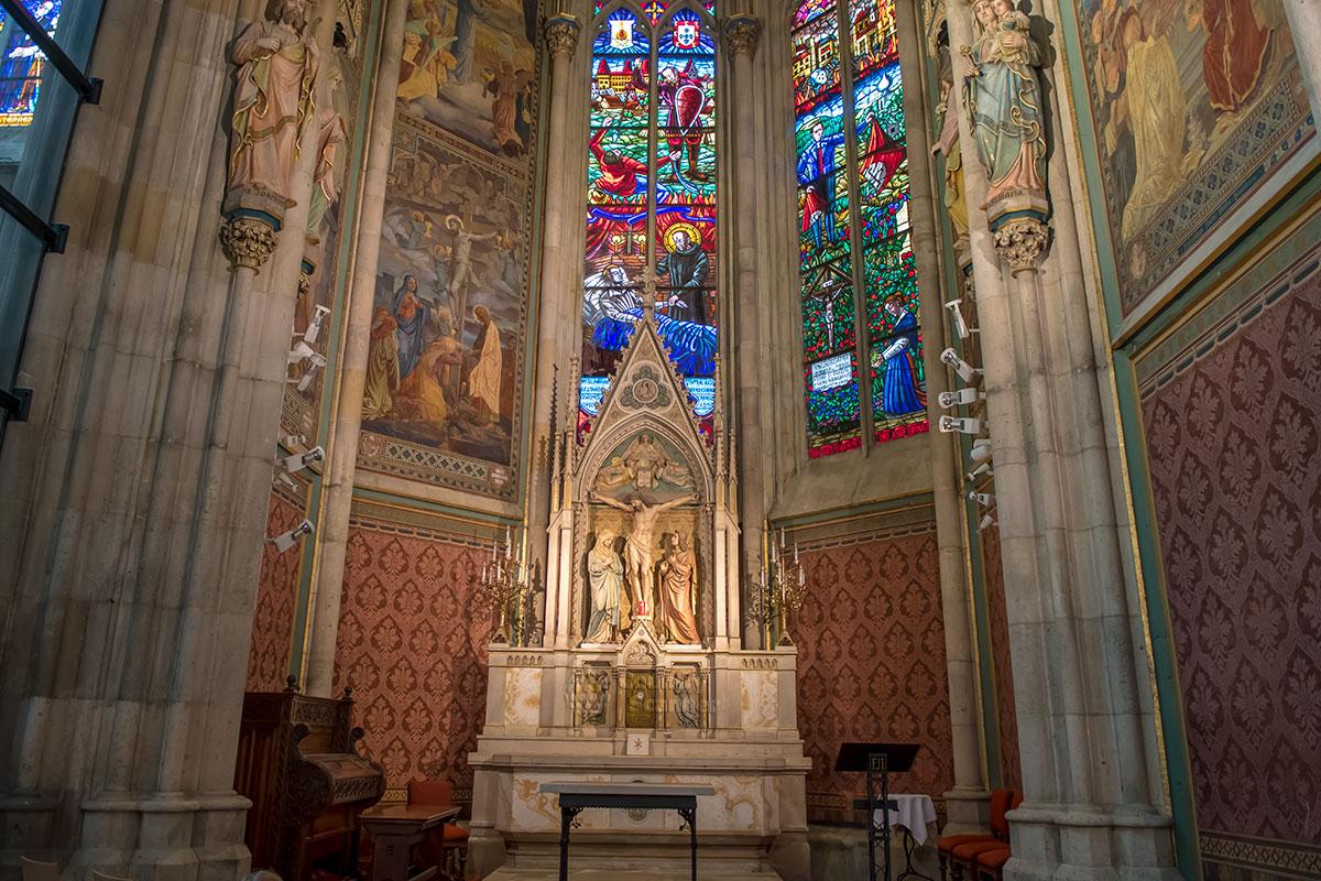 Часовня Креста, как явствует из названия, посвящена мирской казни Иисуса Христа. Вотивкирхе символизирует сцену распятия алтарем часовни и росписью.