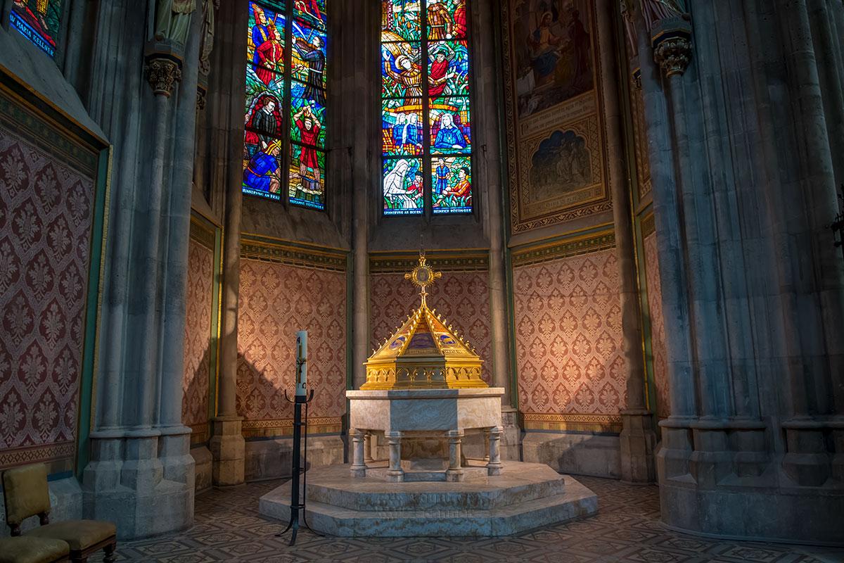 Баптистерий Вотивкирхе ранее хранил уже виденный саркофаг, теперь здесь только крещенская купель на постаменте из мраморного оникса.