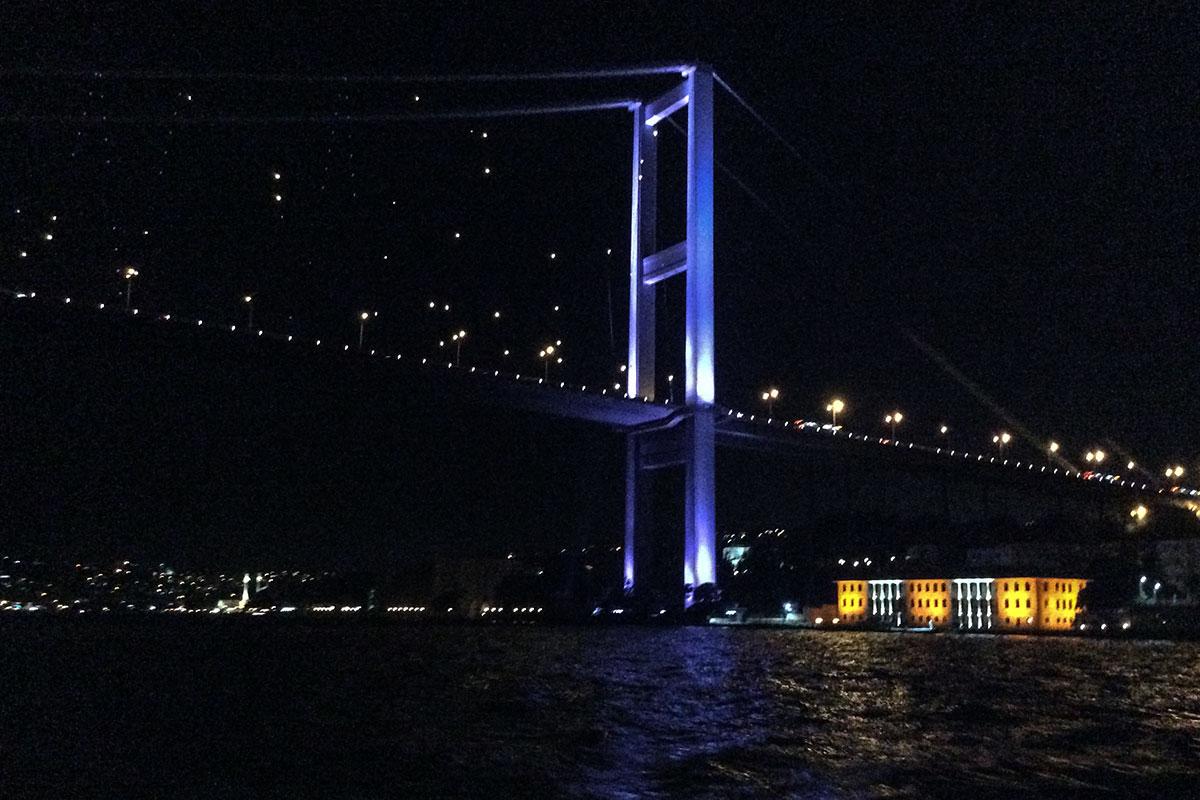 Сумеречная иллюминация Босфорского моста довольна бесхитростна и монотонна из-за невозможности использования красного и зеленого цветов.