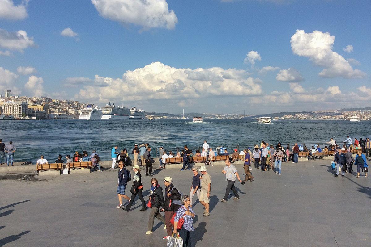 Только в прошлом столетии западный и восточный берега пролива между двумя частями света одного континента соединил Босфорский мост.