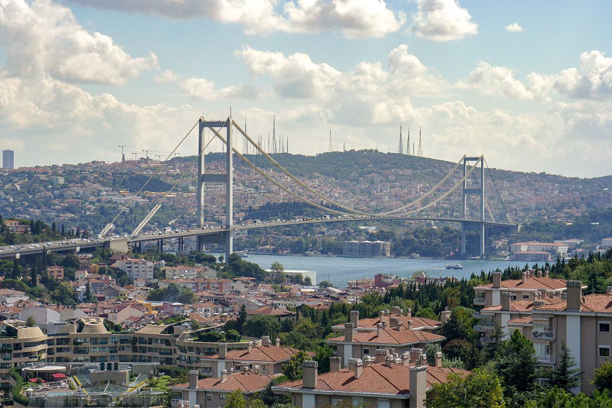 Лишенный каких-либо декоративных элементов, автомобильный Босфорский мост висячего типа является памятником инженерного творчества.
