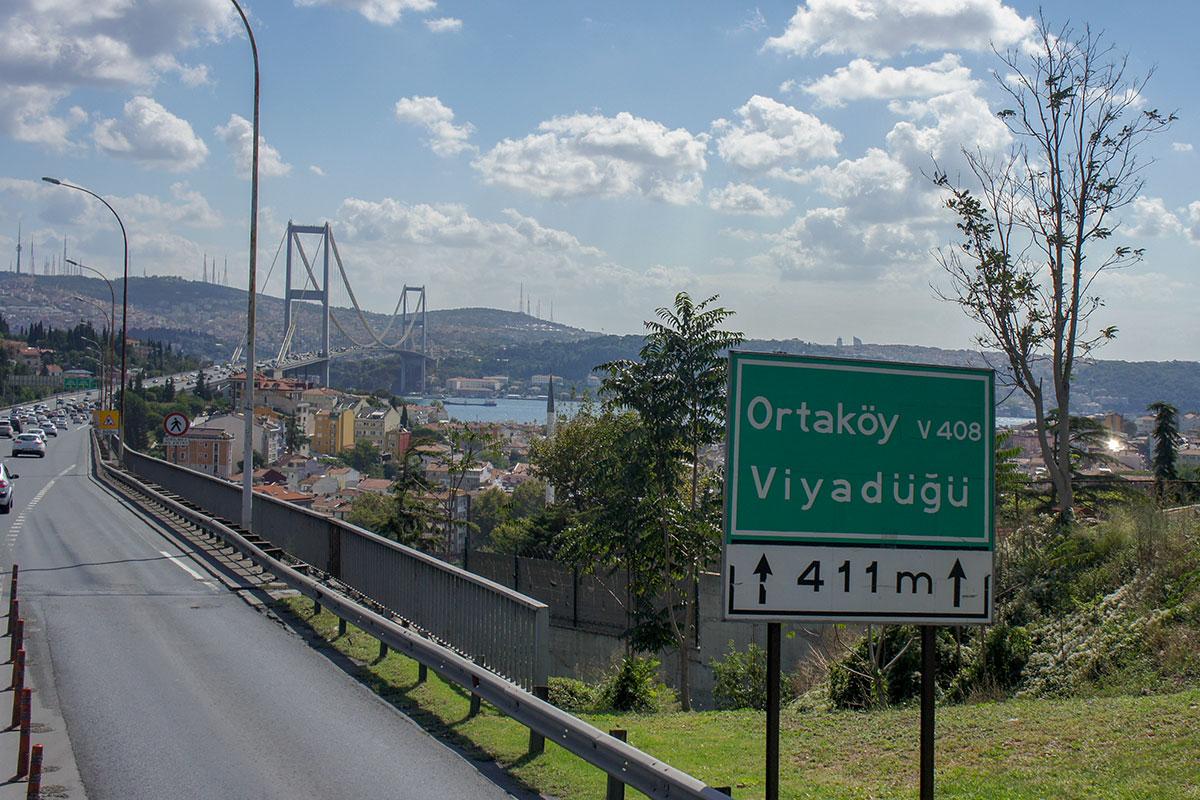 Построенный к 50-летию Турецкой республики, Босфорский мост сначала был доступен для пешеходов, но вскоре проход пешком был запрещен.