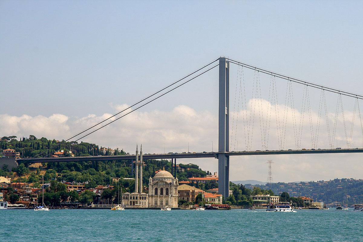 На западном берегу пролива опорная мачта Босфорского моста находится вблизи мечети Ортакёй, или Большой мечети султана Меджида.