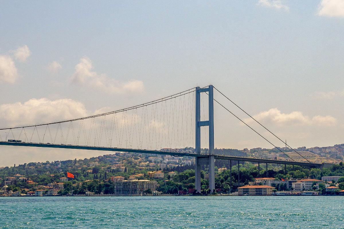 Автомобильный Босфорский мост является классическим примером висячей конструкции, без опор на дне преодолеваемой водной преграды.