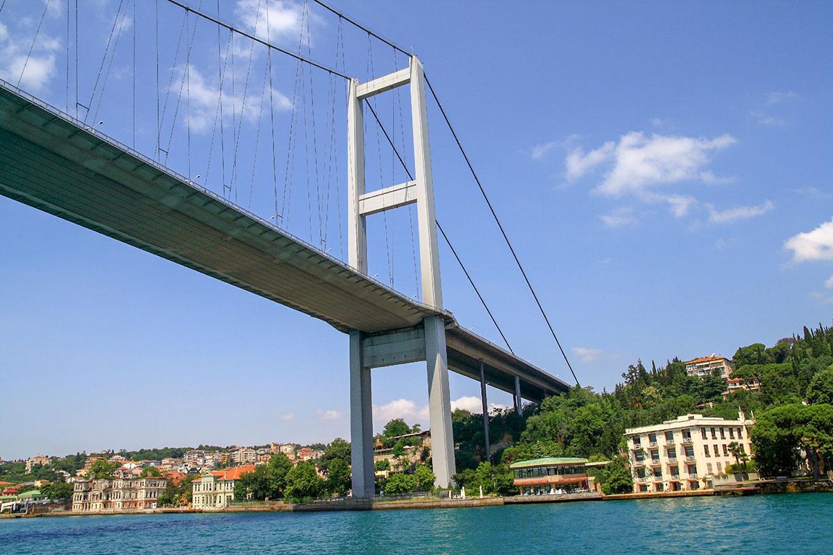 На высотных мачтах в 165 метров закреплены основные несущие канаты Босфорского моста, на берегах намертво прикрепленные к анкерным опорам.