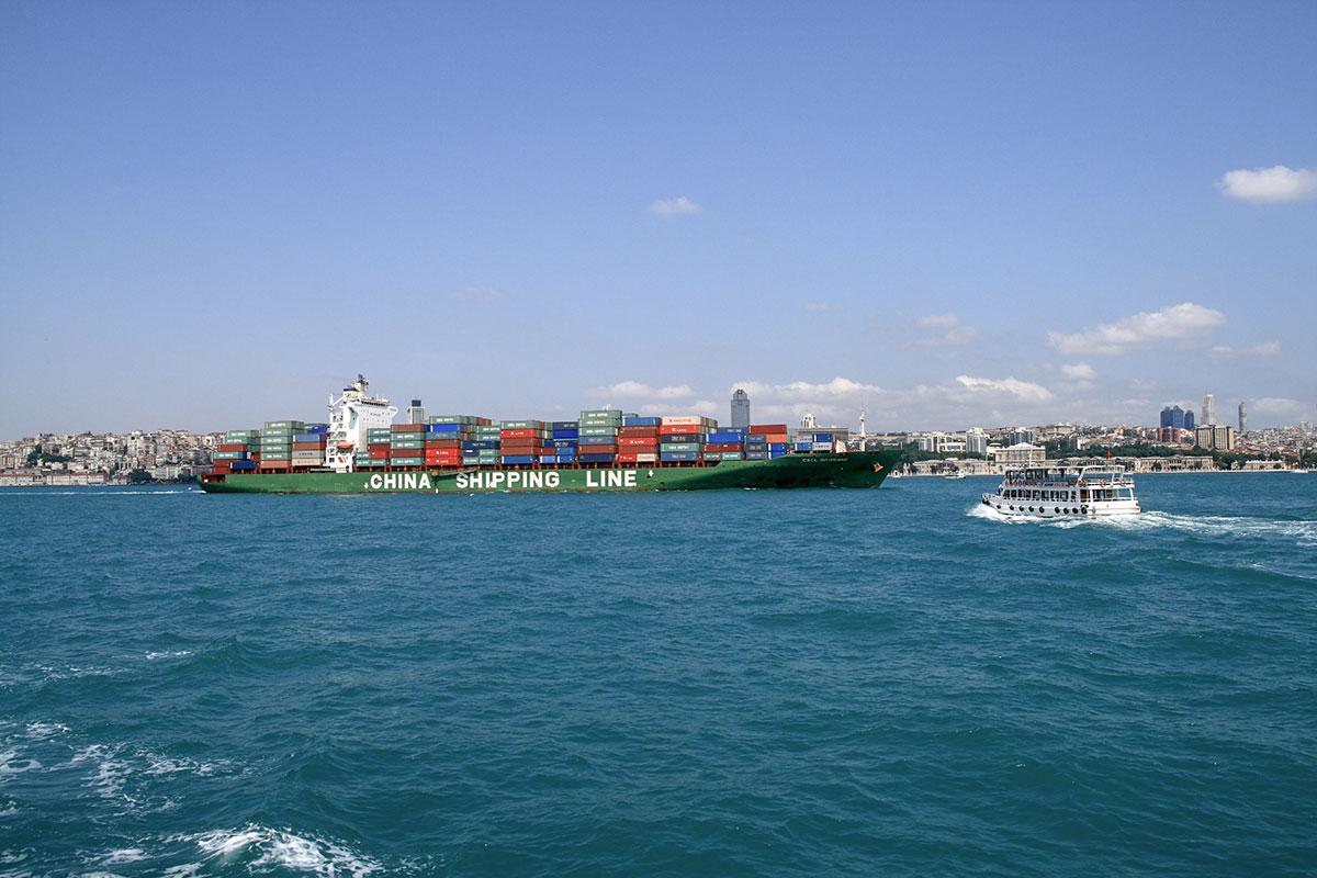 Высота конструкций автомобильного Босфорского моста позволяет осуществлять проход любых типов судов, от танкеров и контейнеровозов до прогулочных.