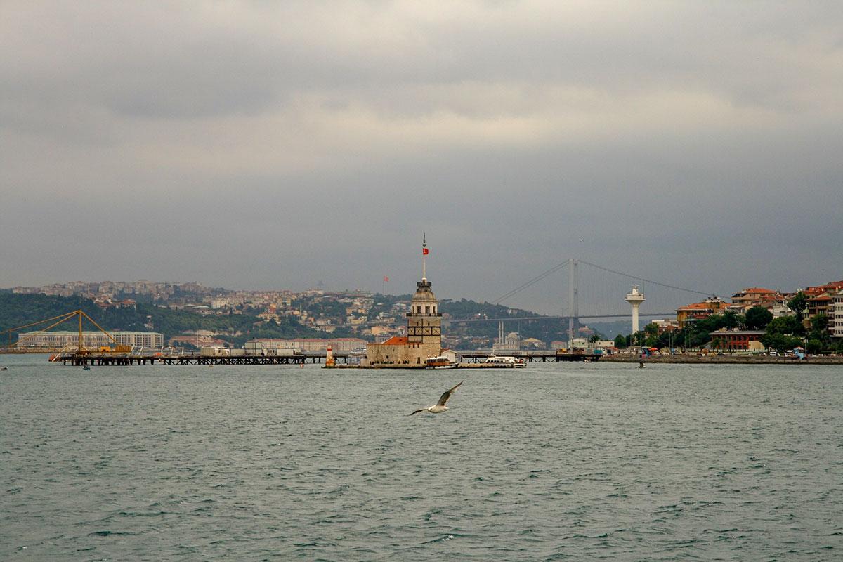 Неподалеку от Босфорского моста, на островке у восточного берега пролива, находится один из символов турецкой столицы, Девичья башня.
