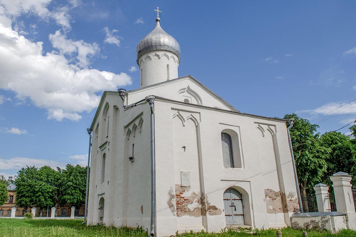 Крестово-купольный храм классического устройства, каковым является церковь Прокопия, декорирована исключительно стеновыми нишами.