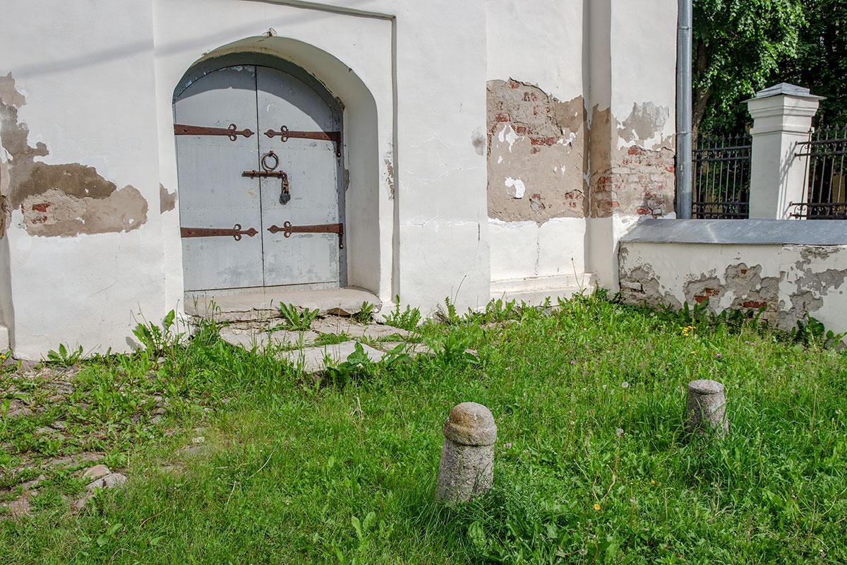 Своим наглухо запертым входом, проросшими между плит сорняками церковь Прокопия вряд ли сможет заинтересовать туристические потоки.