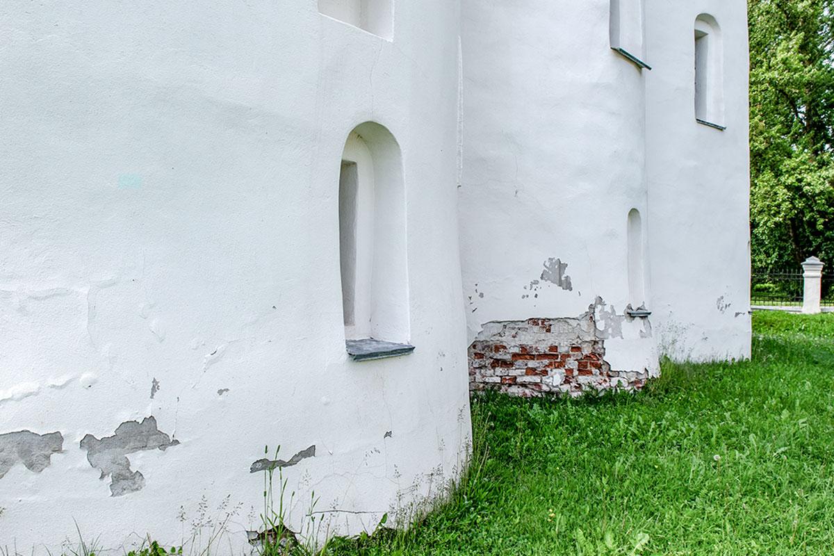 Здание церкви Успения Пресвятой Богородицы за время существования вросло в землю, из-за этого происходит разрушение нижней части кладки.