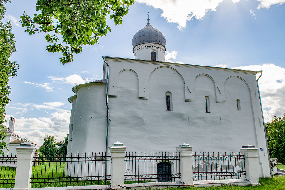 Лишенная разобранного на строительные материалы северного придела, с этой стороны церковь Успения Пресвятой Богородицы выглядит как-то сиротливо.