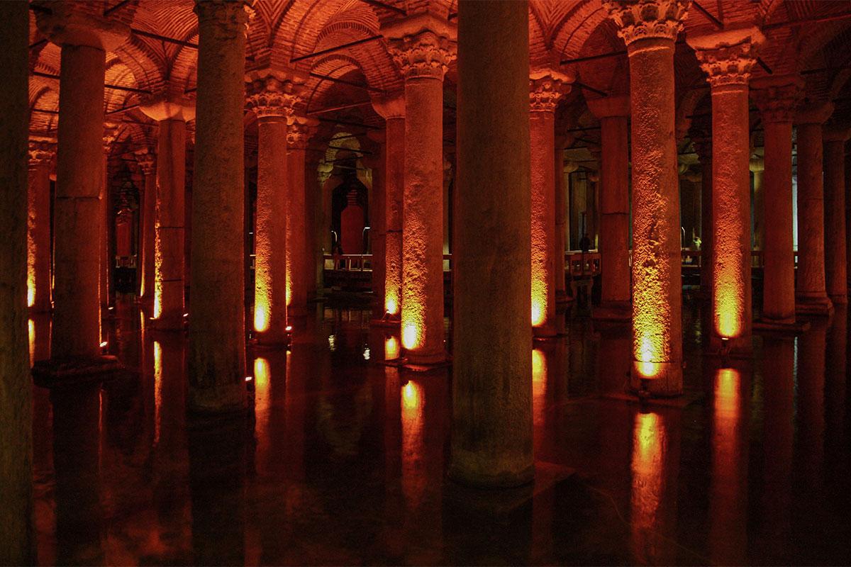 Сплошным частоколом разнообразных колонн встречает Цистерна Базилика туристов, пришедших в бывшее подземное водохранилище.