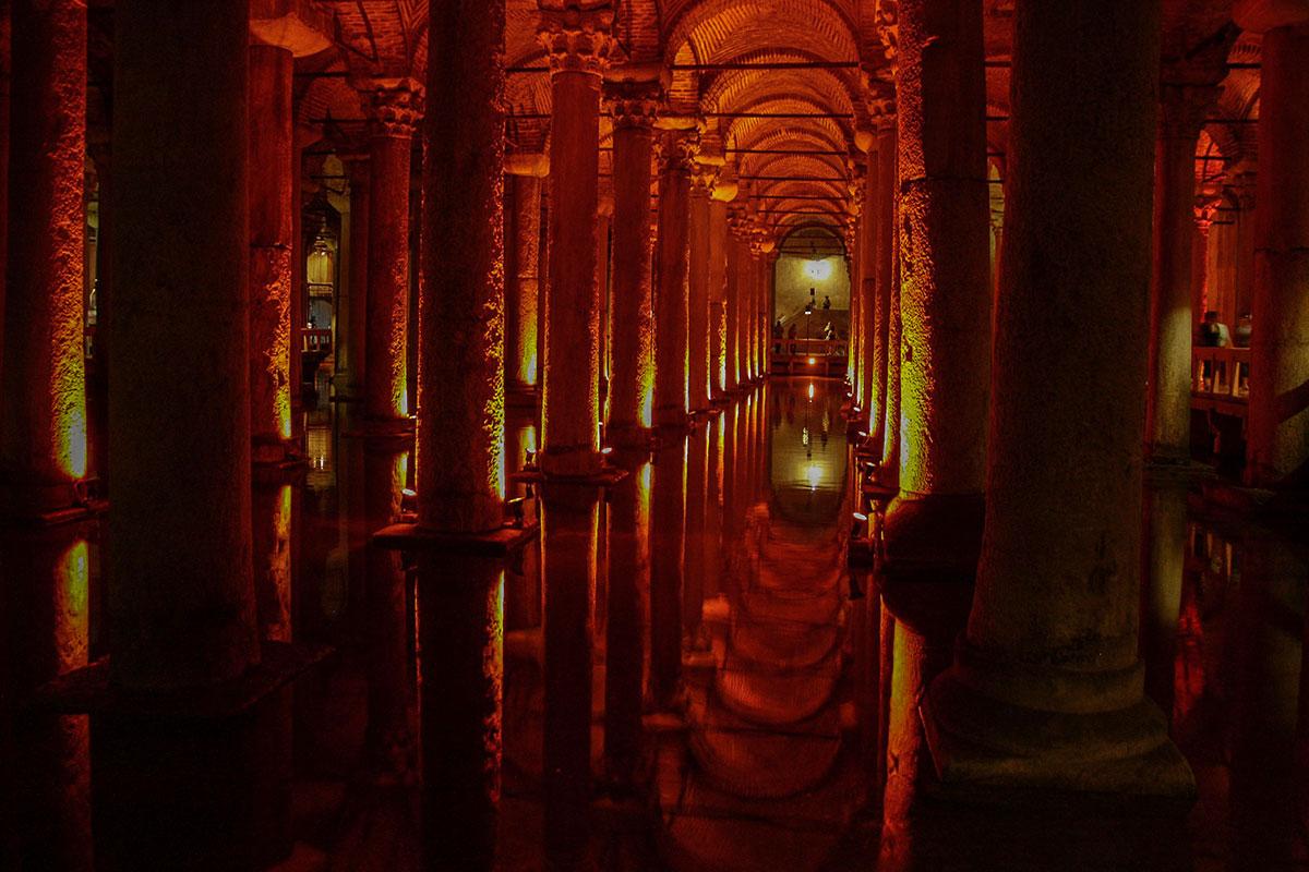 По периметру стен подземного бассейна Цистерны Базилики оборудованы проходные площадки для обозрения необыкновенного туристического объекта.