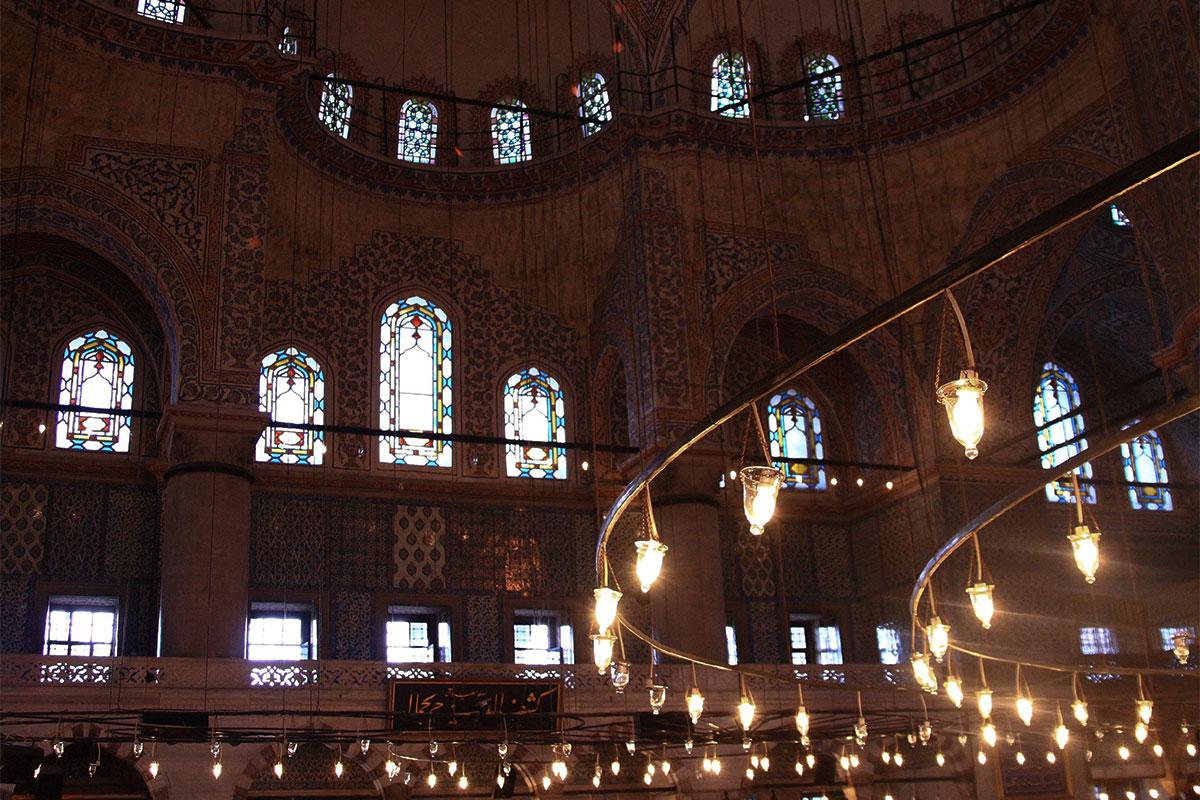 Подвесные осветительные конструкции Голубой мечети занимают всю ее площадь, подвешены необычно низко, над самыми головами проходящих людей.