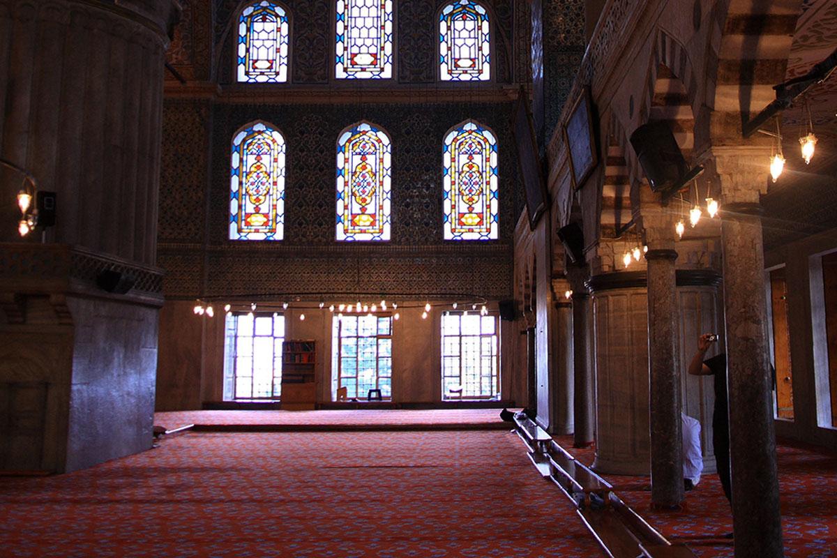 Декорирование интерьера Голубой мечети основано на использовании сочетания узорчатой изразцовой плитки с цветными витражами окон.