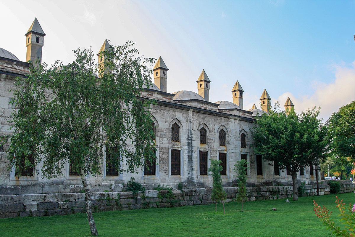 Вдохновитель строительства Голубой мечети султан Ахмет Первый, переживший детище всего на год, похоронен вблизи, в скромном на вид мавзолее.
