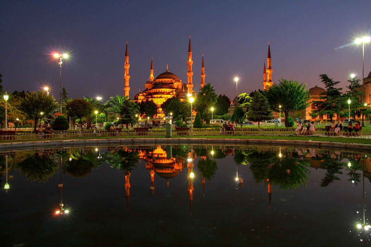 После выключения подачи воды в фонтан, включается городское освещение и подсветка Голубой мечети, в тихую погоду здание четко отражается в бассейне.