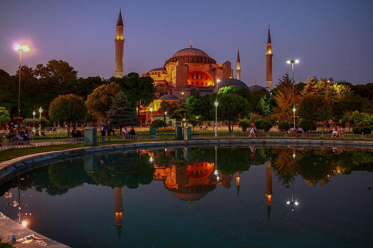 Иллюминацией оборудована не только Голубая мечеть, музей Айя София тоже подсвечивается и так же отражается на водной глади в тихую погоду.